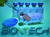Engedélyezték a briteknél a BioNTech és a Pfizer 95 százalékos vakcináját