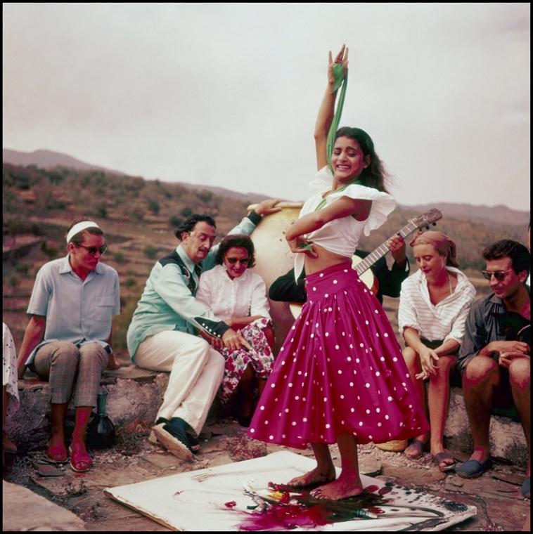 afp. nagyítás - Salvador Dali 110 éve született - Port Lligat (Espagne), Novembre 1957 performance artistique chez Salvador Dali, en presence de son epouse Gala une jeune femme peint avec les pieds en dansant sur une toile posee au sol