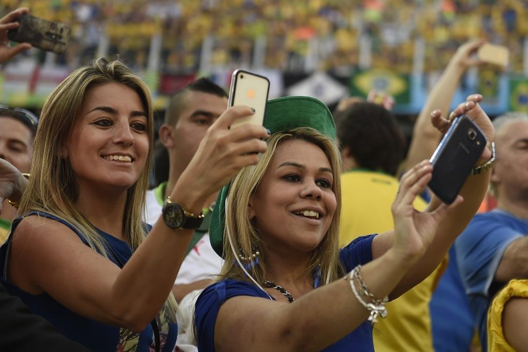 afp.14.06.12. - Sao Paulo, B.RAZ: brazil-horvát-brazil meccs - vb14meccs, foci-vb 2014, vb-2014, vb14tömeg, vb14szurkoló