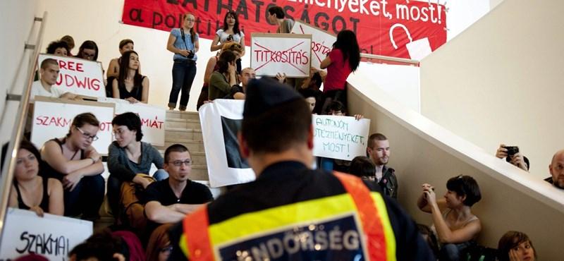 Rendőrök érkeztek a múzeumfoglaló sztrájkolókhoz