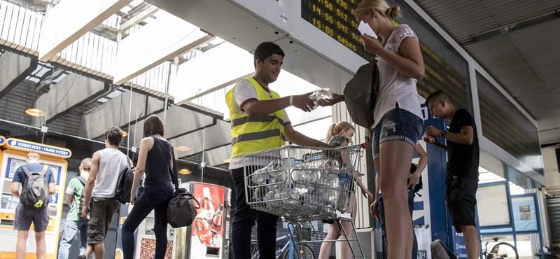 Hőség: Vizet oszt a MÁV a pályaudvarokon