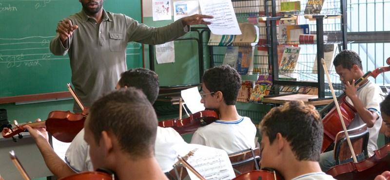 Mit kapunk, ha a Holt költők társaságát és A szív dallamait egy brazil nyomornegyedbe ültetjük?