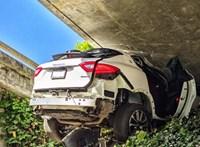 Csúnyán végződött egy autós üldözés Kaliforniában: felüljáró alá ékelődött be egy Maserati