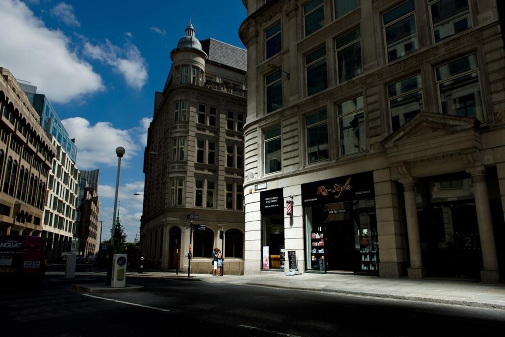 London, Egyesült Királyság: fiatal pár romantikája a tükröződő napfényben az új ''Walkie Talkie'' toronyháznál