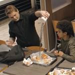 A szottyos hamburgertől kiakadnak az emberek, de a zaklatást csak lesütött szemmel nézik - videó