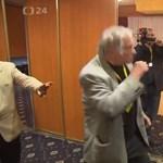 Újságírókat lökdöstek az újraválasztott cseh elnök munkatársai – videó