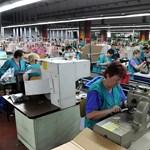 Éhbérért robotoló kelet-európai munkásnők készítik a Versace, Prada és több más világmárka ruhakölteményeit