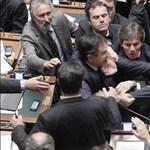 Fotó: képviselők estek egymás torkának az olasz parlamentben