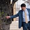 """""""Bábu vagy, János!"""" – Tüntetők diákok fogadták Ádert Pécsen, aki megtekintett egy fát"""