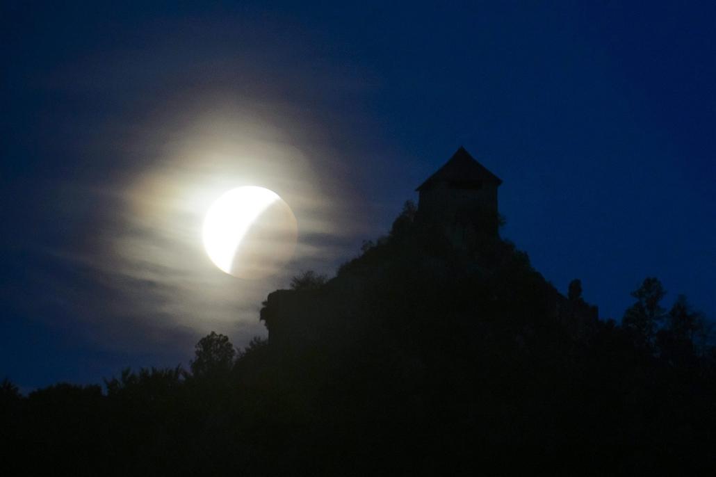 mti.15.09.28. - Salgótarján: Holdfogyatkozás látszik Salgótarján Salgóbánya városrészéből - holdfogyatkozás, szuperhold