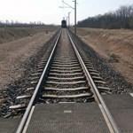 Átjáróban gázolt halálra egy kerékpárost a vonat