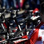 Belehalt a bukásba egy belga országúti kerékpáros