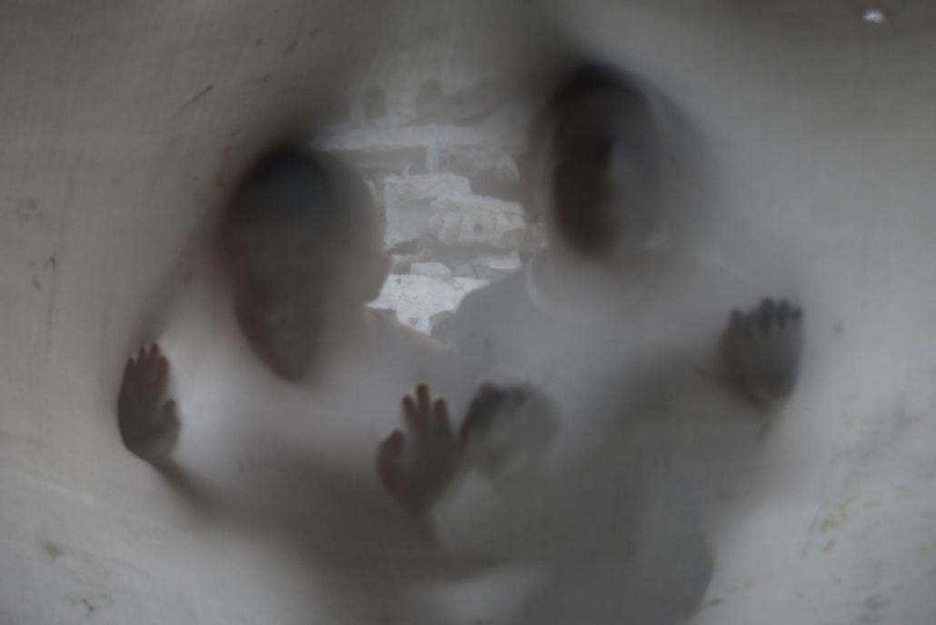 afp.14.09.24. - Gáza: palesztin fiúk lepedő mögött a család szétlőtt házánál - 7képei