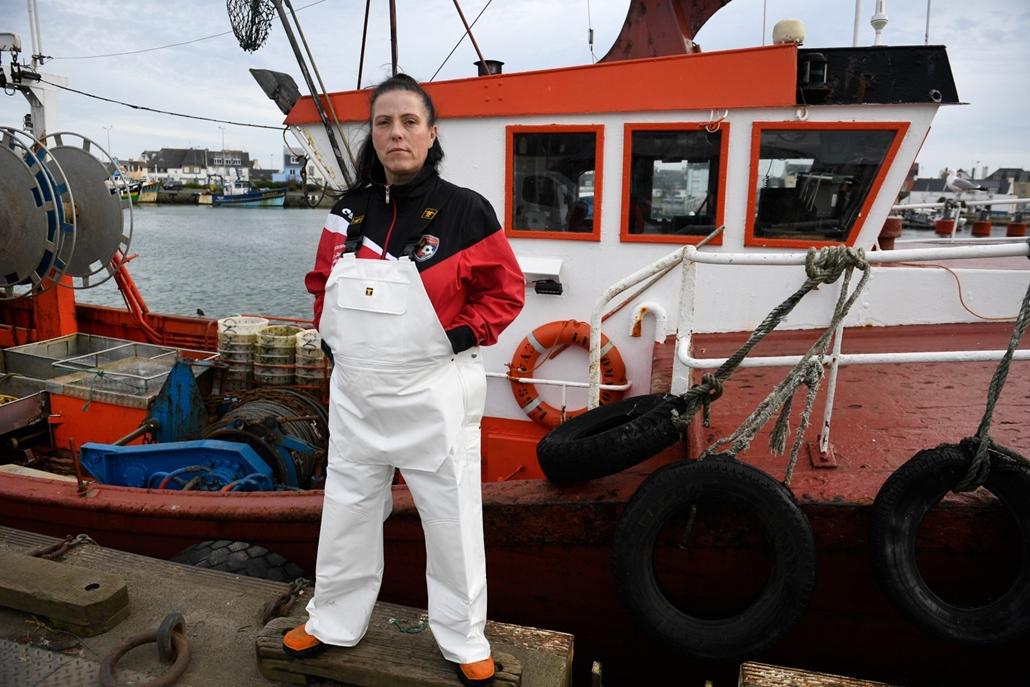 afp.18.02. - AFP nőnap - Marie Rouffet frnacia halász hajója előtt La Guilvinec kikötőjében Franciaországban