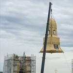 Most láthatja, hogyan emelik a helyére egy templomtorony új, 17 tonnás kupoláját – videó
