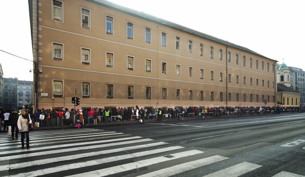 Fotók: hosszú sorban várnak ételre a Blaha Lujza téren
