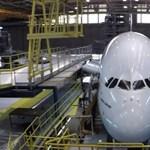 Ilyet ritkán láthat: így szervizelnek egy Airbus A380 óriásrepülőt