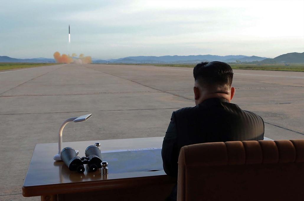 best of 2017  A KCNA észak-koreai hírügynökség által közreadott felvéten Kim Dzsongun diktátor egy rakétakísérletet tekint meg