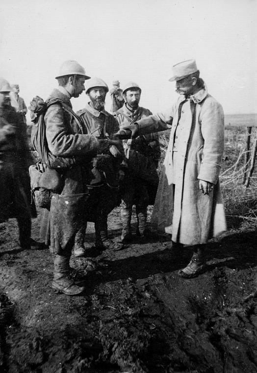 afp. Somme-i csata - Guerre 1914-1918. Sous-lieutenant d'artillerie français distribuant du café à des fantassins , au retour d'une attaque. Berthonval (Somme). 1916.