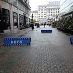 Röhögve át lehet hajtani a behajtásgátló akadályok közt a Vörösmarty térre?
