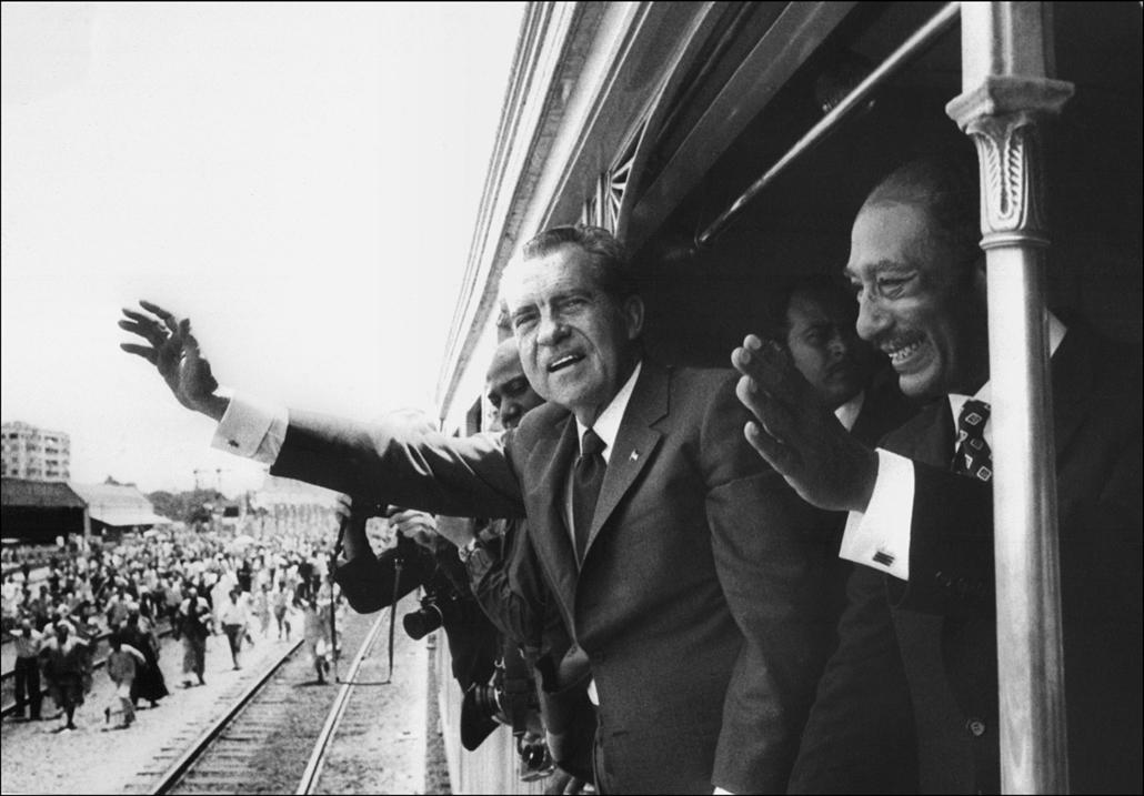 1974.04.06. - Kairó, Egyiptom: Nixon érkezését üdvözlő tömeg - Nixonnagyitas
