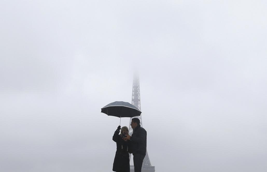 Nagyításgaléria - Túristák fotózkodnak az Eiffel-toronnyal a háttérben.