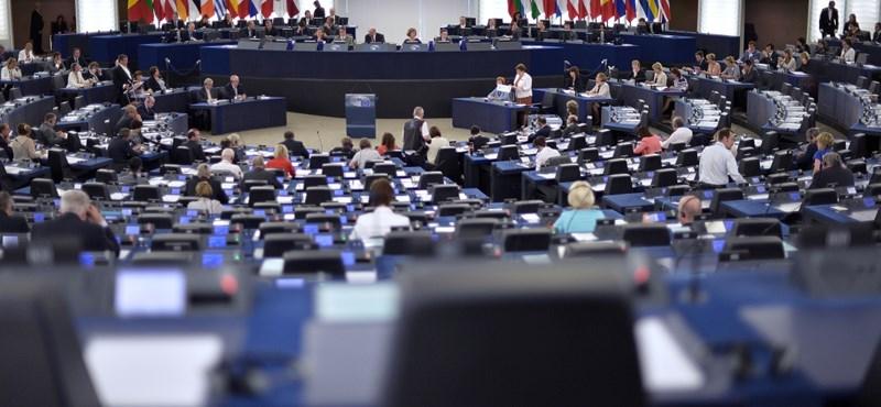 Találtunk zavaros finanszírozású álcivileket: Brüsszelben védték a kormányt
