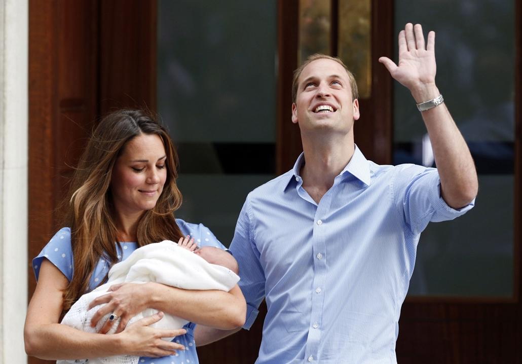 AP!!! augusztus 4.!! royal baby - Kate Middleton és Vilmos herceg gyermekükkel, Katalin hercegnő, györgy