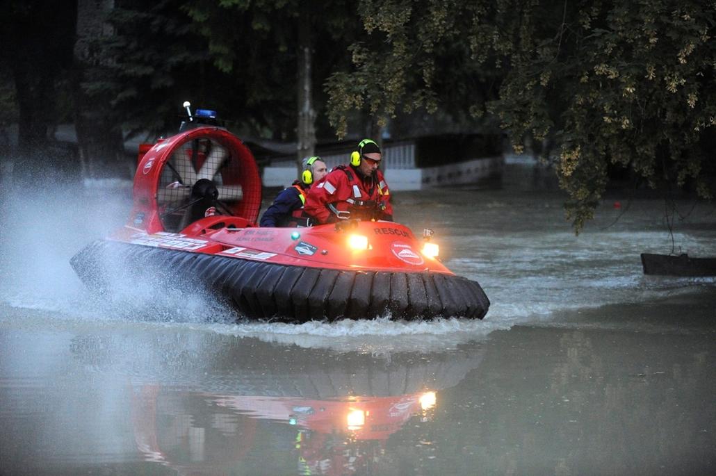 Árvíz 2013, Duna árvíz 2013, Szentendre, 2013. június 7. Légpárnás hajóval járőrözik a Pilis Mentőcsoport egyik tagja és egy rendőr a vízzel elöntött szentendrei Papszigeten 2013. június 7-én.
