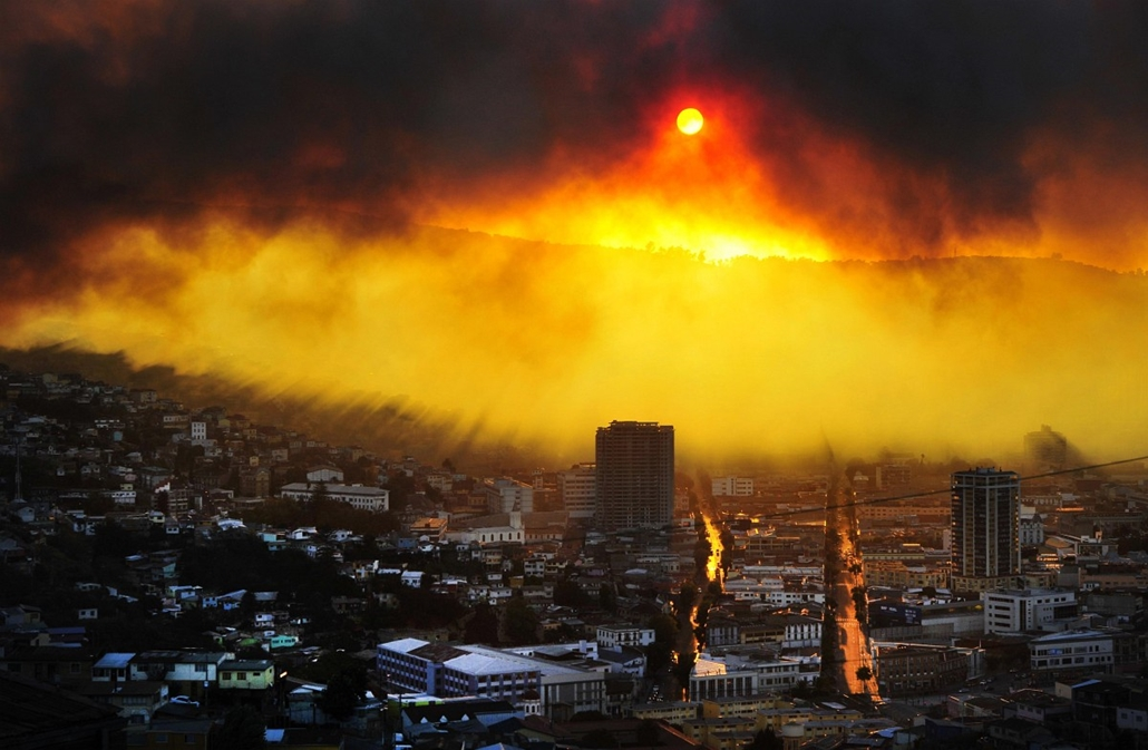 afp. Chile, tűz 2014.04.12. CHILE, Valparaiso : General view during a fire in Valparaiso, 110 km west of Santiago, Chile, on April 12, 2014. Authorities decreed a red alert for the area after the fire consumed more than 100 houses.
