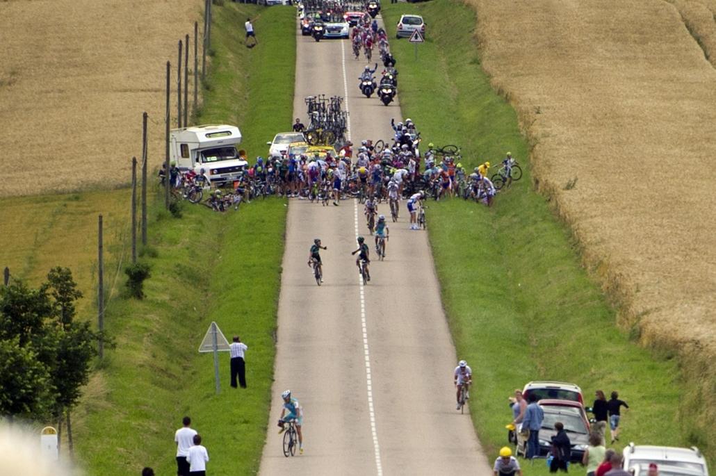 2012. július 24. - Franciaország: tömeges bukás a Tour de France hatodik szakaszán  . - évsportképei