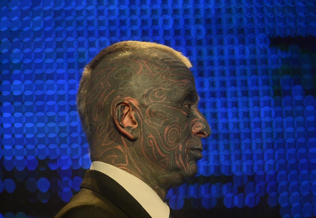 Nagyításgaléria - Elnökválasztás Csehországban. Vladimír Franz cseh képzőművész, zeneszerző és elnökjelölt egy televíziós kampányvitán vesz részt Prágában.