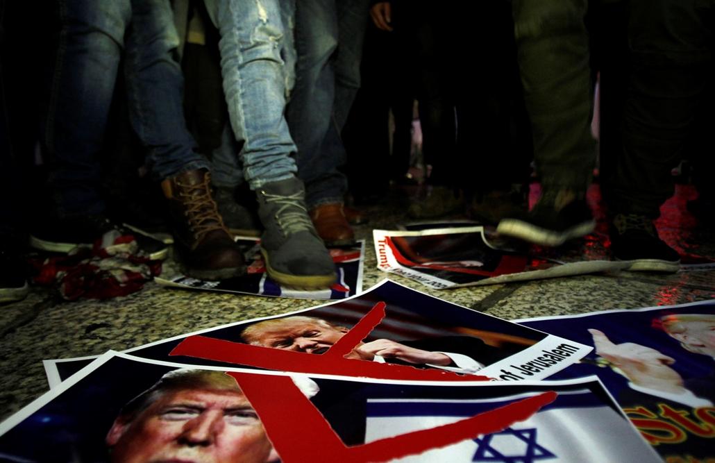afp.17.12.06. - Trumpot ábrázoló áthúzott plakátokon taposnak egy betlehemi tüntetésen