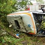 Felborult egy mentőautó – helikoptert küldtek a súlyos sérültekért