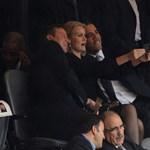 Fotó: Obama és Cameron nyomott egy selfie-t Mandela búcsúztatóján