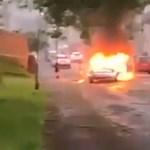 Autókat gyújtogattak, majd kőzáporral fogadták a rendőröket Walesben a randalírozó fiatalok – videó