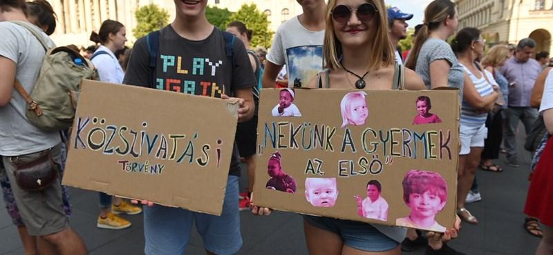 Országos diáksztrájkot szerveznek szeptember 13-ra: a Kossuth téren tüntettek a köznevelési törvény módosítása ellen