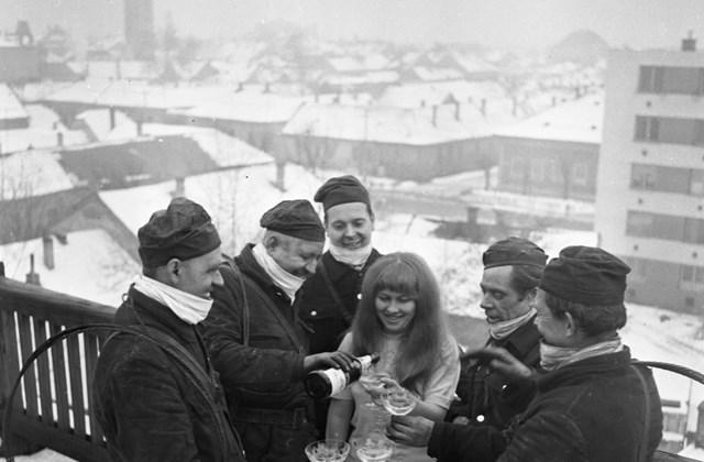 fortepan_! szilveszter - 1970 - Rákóczi út 14., háttérben a Kossuth Ferenc utca - József Attila utca kereszteződése. Újévi köszöntő a háztetőn.