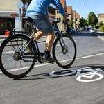 Elengedett kézzel biciklizésért büntettek romákat Szegeden