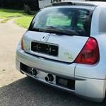 Időkapszula: íme egy 1800 kilométert futott 18 éves középmotoros Renault Clio V6