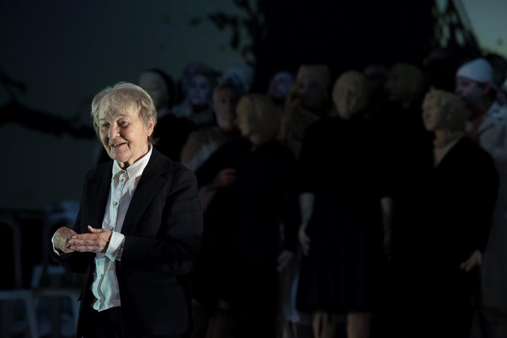 mti.14.11.06. Törőcsik Mari (k) Luka, a vándor szerepében Makszim Gorkij Éjjeli menedékhely című drámájának próbáján a budapesti Nemzeti Színházban 2014. november 6-án. A darabot Viktor Rizsakov rendezésében november 8-án mutatják be.    Törőcsik Mari