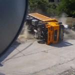 Így pusztít egy fékhibás kamion - videó