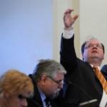 Jót viccelődött Újpest polgármestere az Index újságírójának megverésén