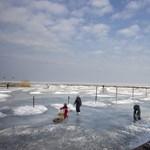 Fotó: veszélyes, mégis sokan mennek a Balaton olvadó jegére