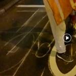 Így készül a kézműves útburkolati jel – videó