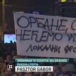 Orbán Viktornak is üzent a szerb közmédiánál tüntető tömeg