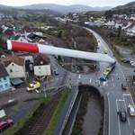 Így szállítottak kanyargós utakon, szűk városkákon át egy 67 méteres szélturbinalapátot