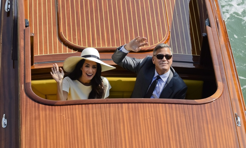 AP!!! október 12-ig!!! hét képe - George Clooney esküvője, Velence, 2014.09.29. George Clooney amerikai színész és felesége, Amal Alamuddin polgári esküvőjéről távozóban integet egy vízitaxiból Velencében 2014. szeptember 29-én. Clooney és az emberjogi üg