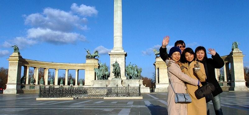 Kínai turistákra vár Szijjártó