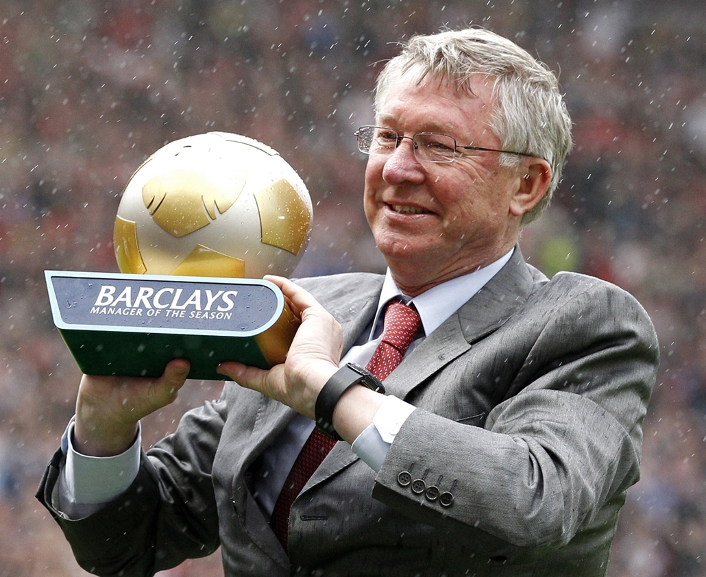 Alex Ferguson nagyításhoz - UNITED KINGDOM, Manchester : Manchester United's Scottish manager Sir Alex Ferguson holds the manager of the season trophy before the English Premier League football match between Manchester United and Blackpool at Old Trafford